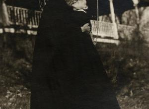 O'Keeffe and Stieglitz embracing under a tree