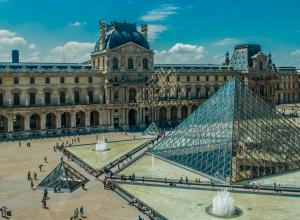 the louvre courtyard with pyramid and crowds