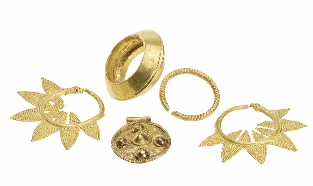 Gold jewelry from tumulus 7